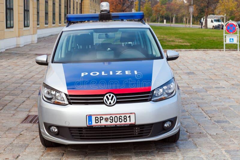 VW Touran ως περιπολικό της Αστυνομίας στη Βιέννη, μπροστινή άποψη στοκ φωτογραφίες