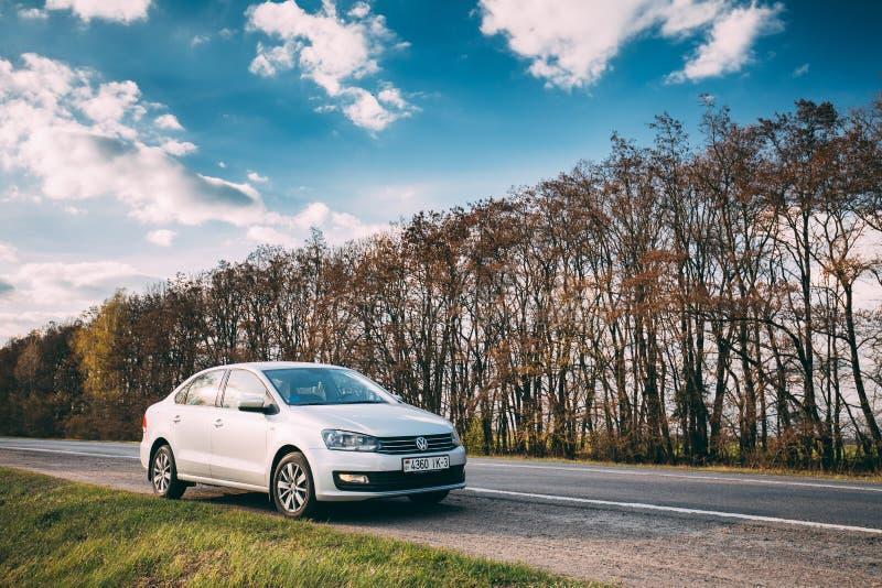 VW Volkswagen Polo Vento Sedan Car Parking dichtbij Asphalt Road In stock foto's