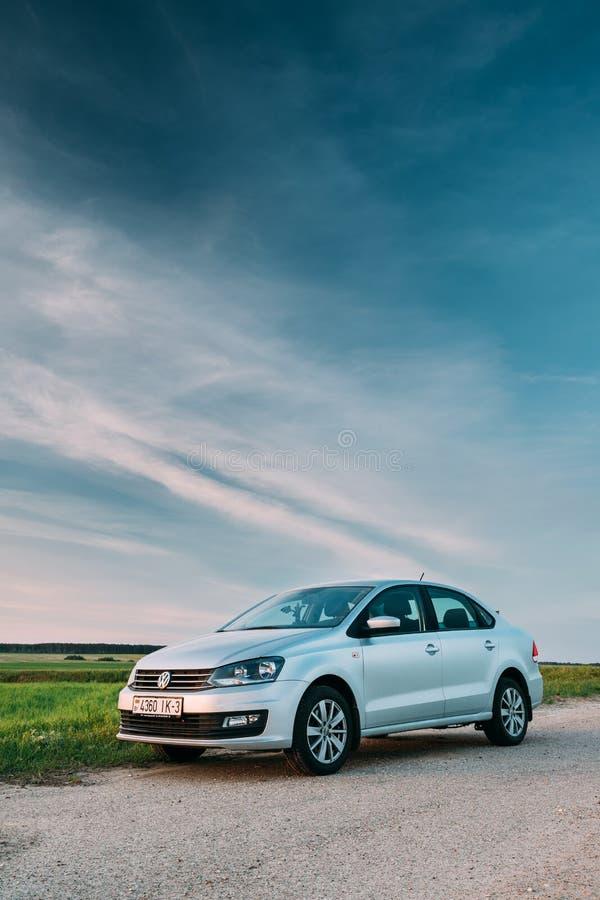 VW Volkswagen Polo Vento Sedan Car Parking en campo cerca del país fotos de archivo