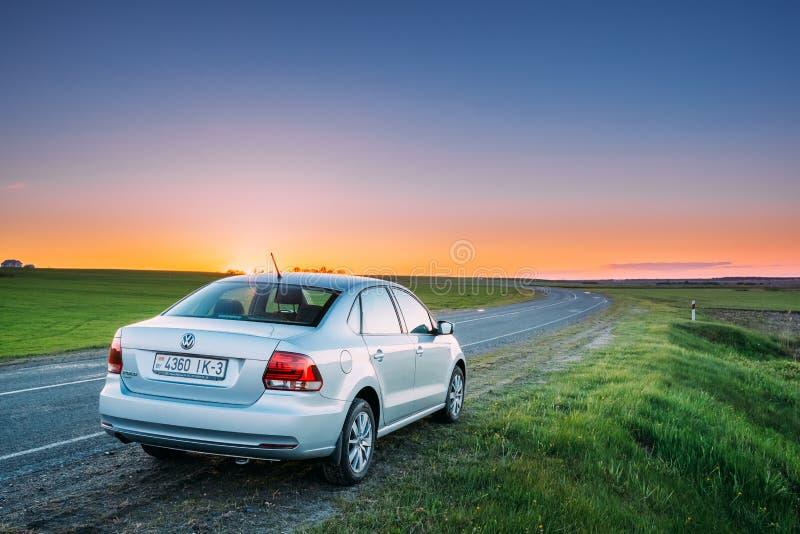 VW Volkswagen Polo Vento Sedan Car Parking nära Asphalt Country arkivbild