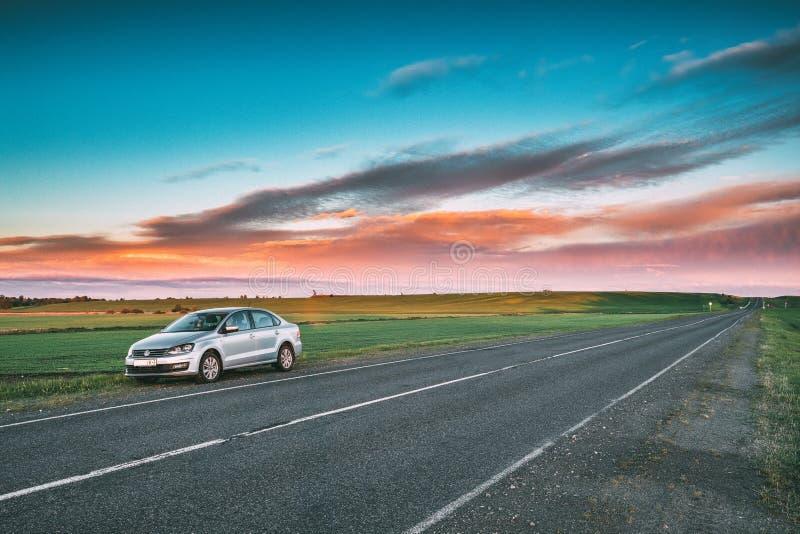 VW Volkswagen Polo Vento Sedan Car Parking nära Asphalt Country royaltyfria foton