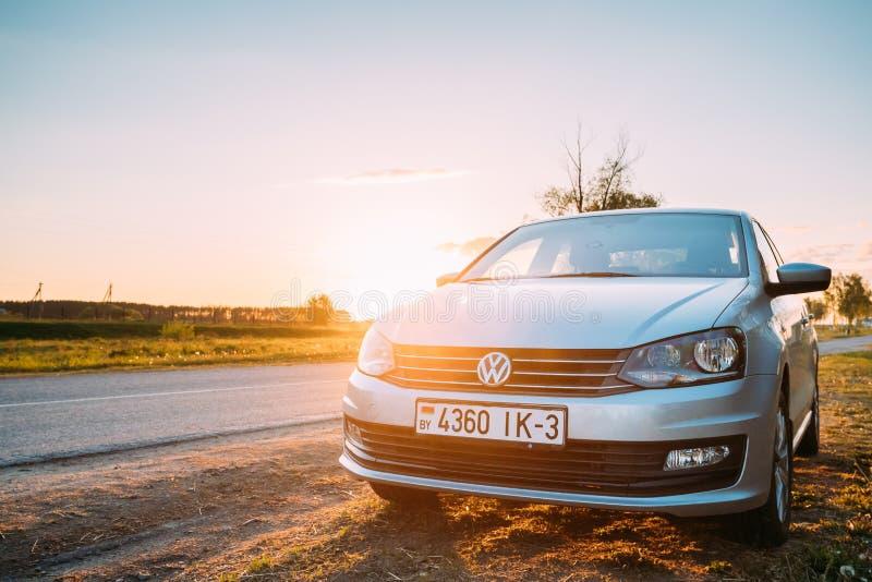 VW Volkswagen Polo Vento Sedan Car Parking nära Asphalt Country Road royaltyfri fotografi