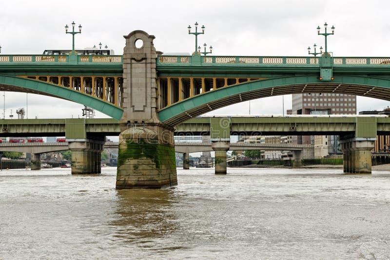 Vy över Bridges längs Thames River London fotografering för bildbyråer