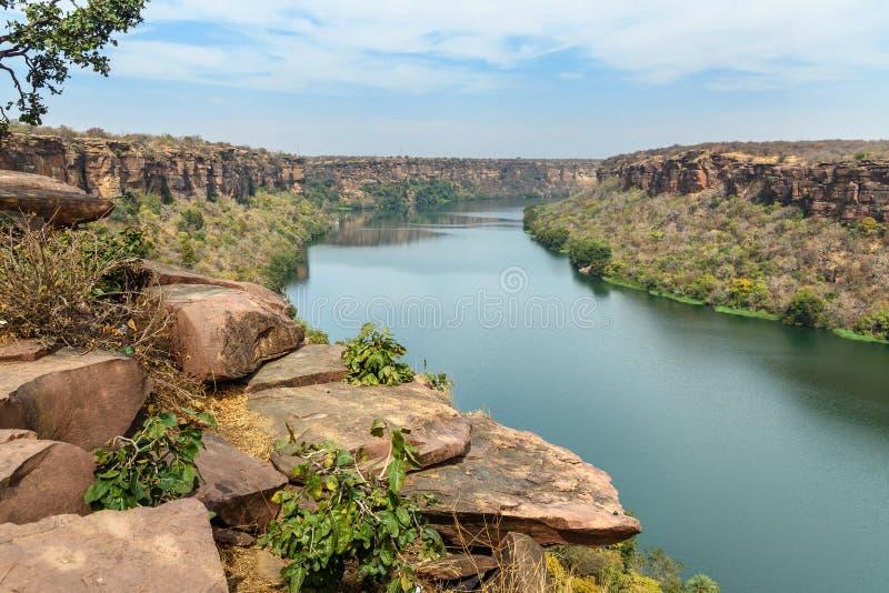 Vy över Chambal valley-floden nära Garadia Mahadev-templet Kota Indien arkivbilder