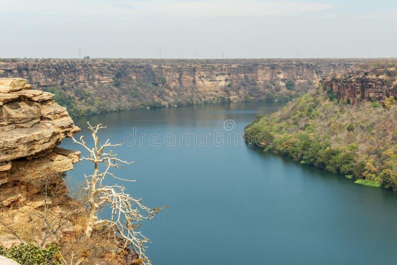 Vy över Chambal valley-floden nära Garadia Mahadev-templet Kota Indien royaltyfri bild