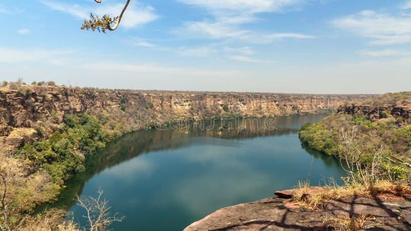 Vy över Chambal valley-floden nära Garadia Mahadev-templet Kota Indien arkivfoto