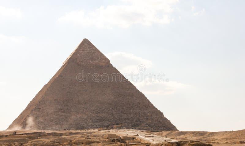 Vy över den stora pyramiden i Pharaoh Khafre, det sandtäckta området i Giza-komplexet royaltyfri fotografi