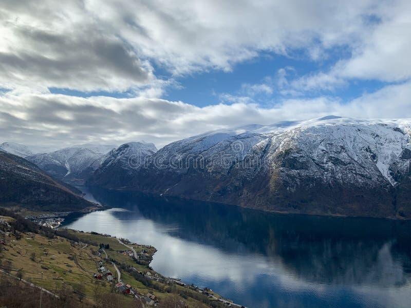 Vy över en Aurlandsfjord i Norge arkivbilder