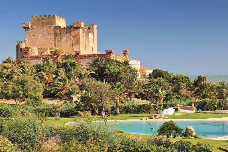 Vy över Falconara Castle i Licata Sicilien, Italien royaltyfri fotografi
