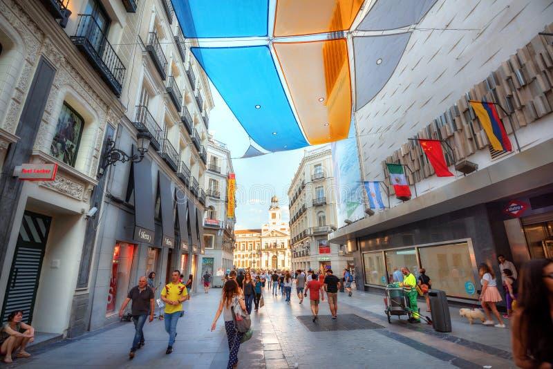 Vy över fotgängargata med färgstarkt solskydd i centrala Madrid Spanien fotografering för bildbyråer