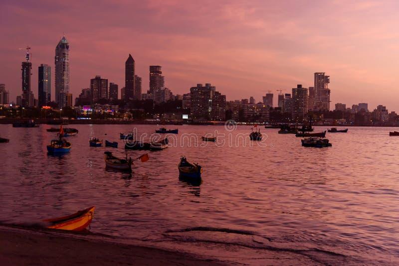 Vy över Haji Ali Bay och kusten med skylin på natten Mumbai Indien fotografering för bildbyråer