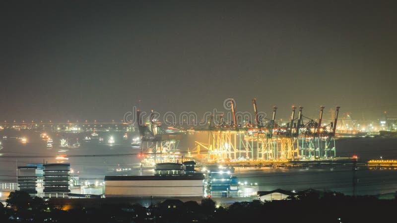 Vy över hamnen på natten i Gresik Indonesia royaltyfri bild