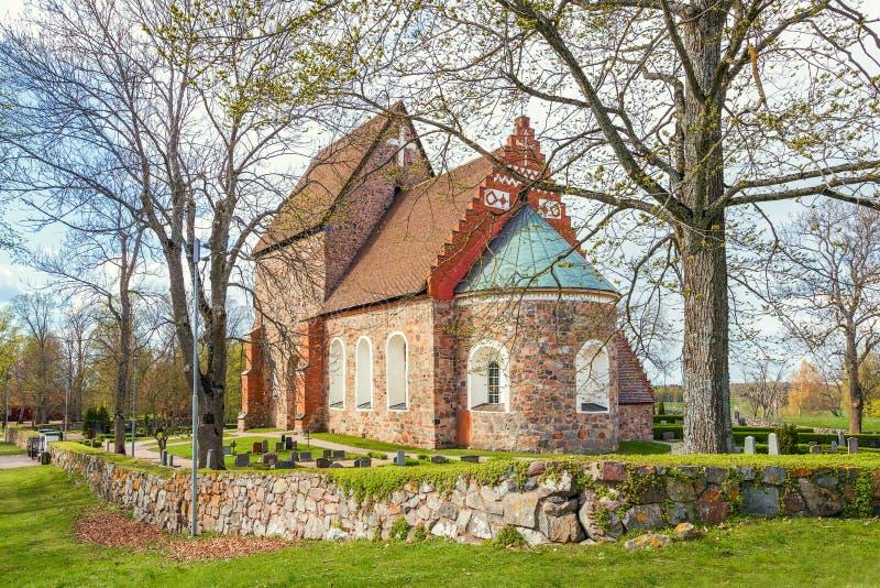 Vy över kyrkan Gamla Uppsala från östra Uppsala Sverige arkivbilder