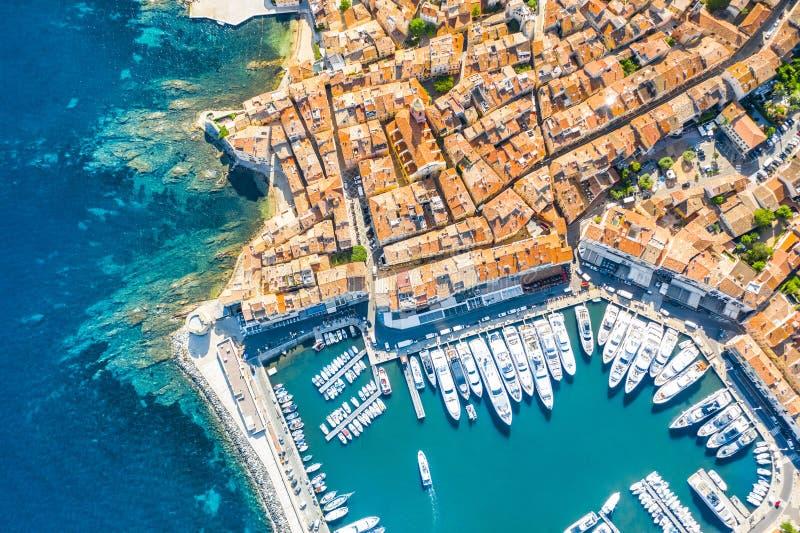 Vy över staden Saint-Tropez, Provence, Cote d'Azur, ett populärt resmål i Europa royaltyfri bild