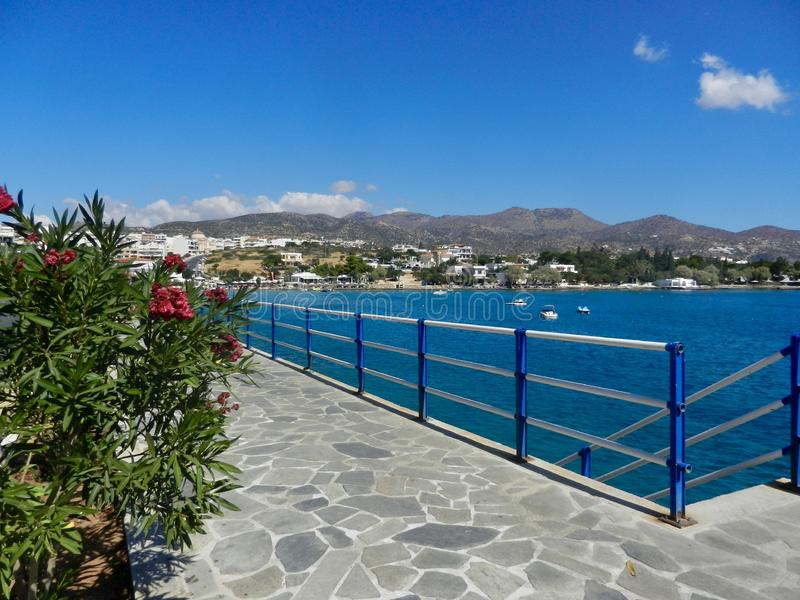 Vy över strandpromenad och Mirabello Bay Agios Nikolaos Crete royaltyfria bilder