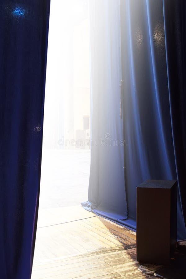 vy av det ljusa skedet bakom gardinen arkivbild