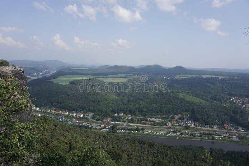 Vy från Lilienstein till Konigstein och Rathen med Elbe royaltyfria bilder