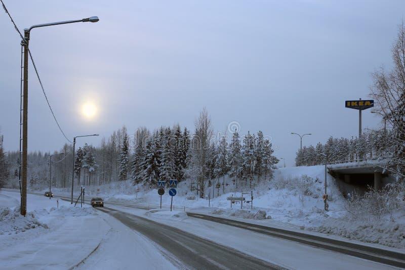 Vy Södra Kuopio, Finland under en kallvinterdag arkivbilder