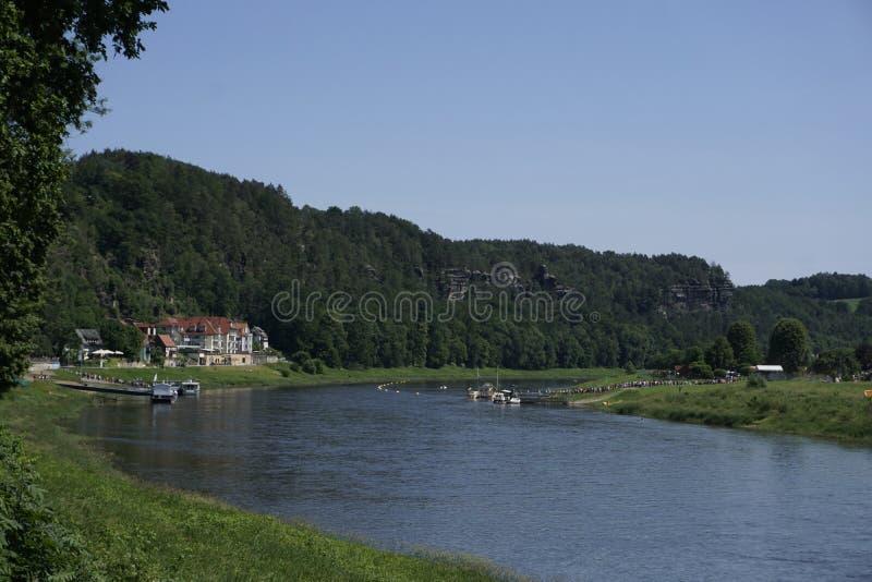 Vy till Kurort Rathen med Elbe flod i Sachsen i Schweiz royaltyfria foton