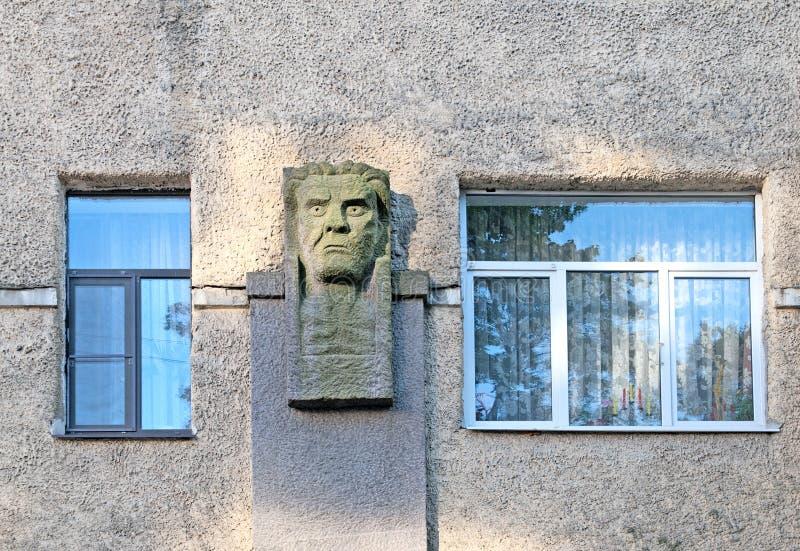 Vyborg La Russia Frammento di una costruzione nello stile romantico nazionale Maschera sulla parete fotografie stock