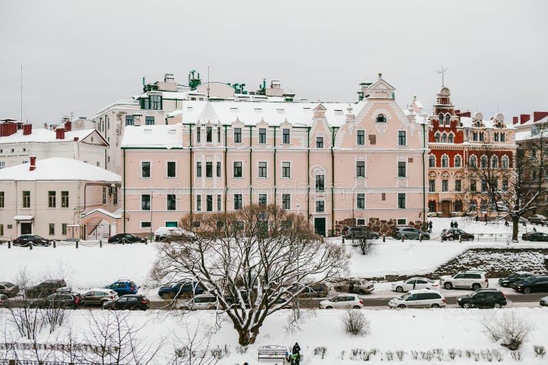 Vyborg Rússia - em janeiro de 2018: O distrito histórico perto da câmara municipal e do castelo velhos Inverno em Rússia imagens de stock royalty free