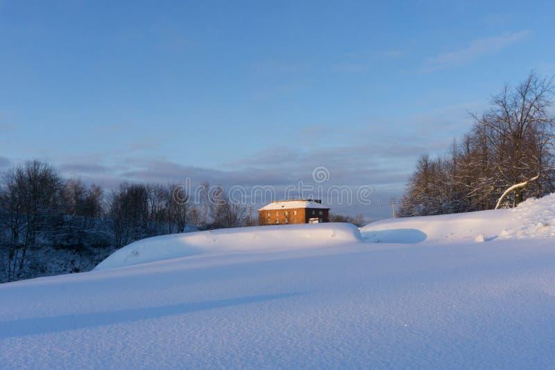VYBORG, RUSIA - 5 de enero de 2019 corona de Annenkrone St Anne de Vyborg en un día soleado frío del invierno imagenes de archivo