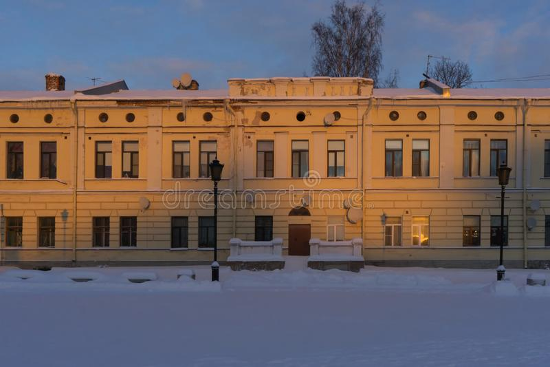 VYBORG, RUSIA - 5 de enero de 2019: Edificio viejo de Vyborg en un día soleado frío del invierno fotos de archivo libres de regalías