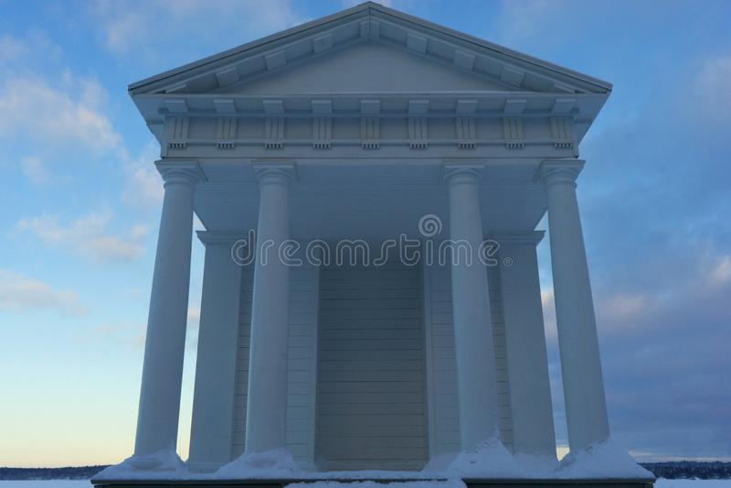 VYBORG, RUSIA 05 01 Templo 2019 de Neptun Parque-como el estado Monrepos, Vyborg imagenes de archivo