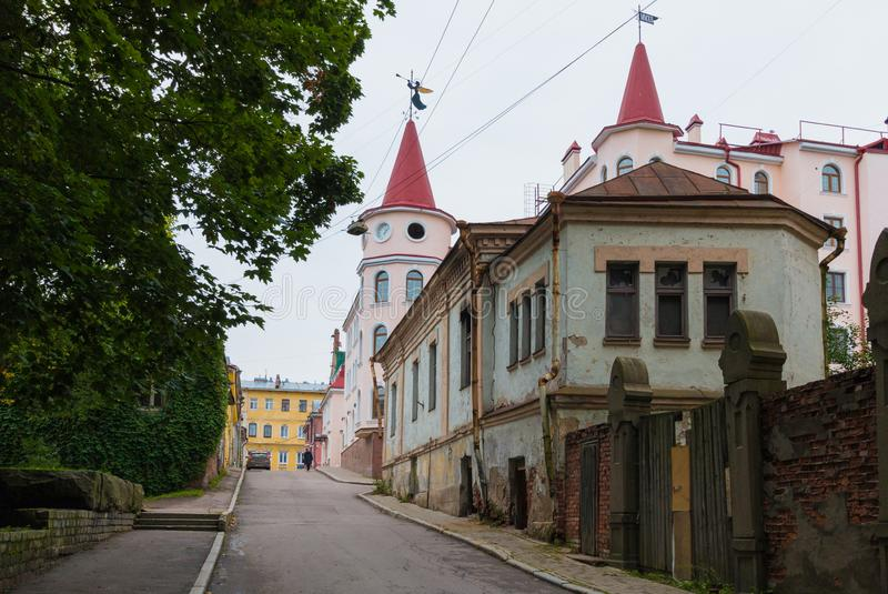 Vyborg RYSSLAND - September, 10, 2017: De forntida gatorna av Vyborg E royaltyfri bild