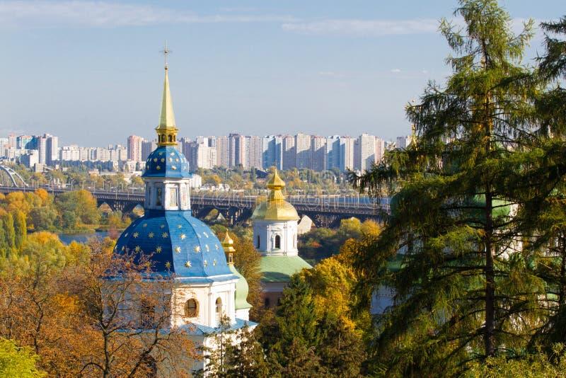 Vydubychi kloster som lokaliseras med panoramautsikt på Kiev Panoramautsikt av Kiev, Ukraina botanisk trädgård royaltyfria foton