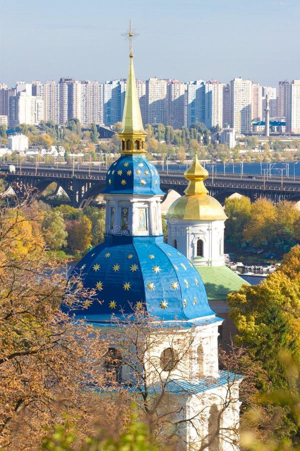 Vydubychi kloster som lokaliseras med panoramautsikt på Kiev Panoramautsikt av Kiev, Ukraina botanisk trädgård royaltyfri foto