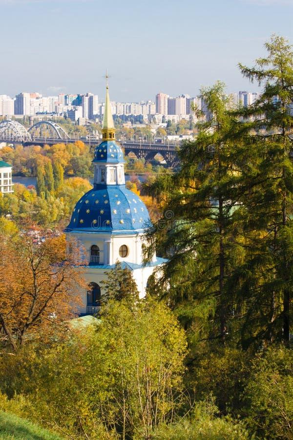 Vydubychi kloster som lokaliseras med panoramautsikt på Kiev Panoramautsikt av Kiev, Ukraina botanisk trädgård arkivfoton