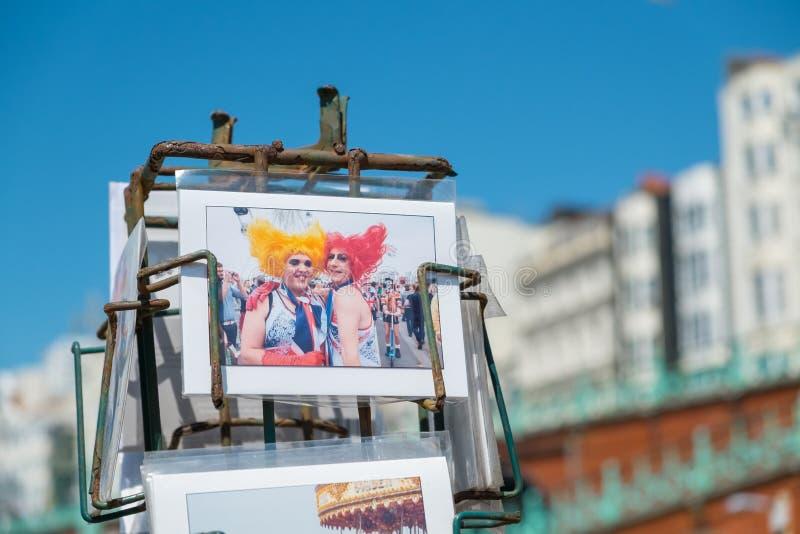 Vykort av Brighton Gay Pride Parade som är till salu på sjösidan royaltyfria foton