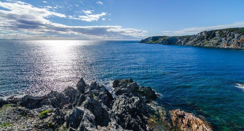 Vykort från Bonavista, sol skiner på Atlantic Ocean Sikt av lilla viken och Atlanten från en hög klippa i galandehuvud, royaltyfri bild