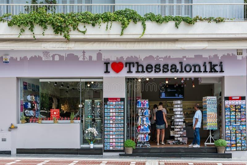 Vykort och souvenir på skärm på en turist shoppar i historisk gammal stad för Thessaloniki ` s royaltyfri fotografi