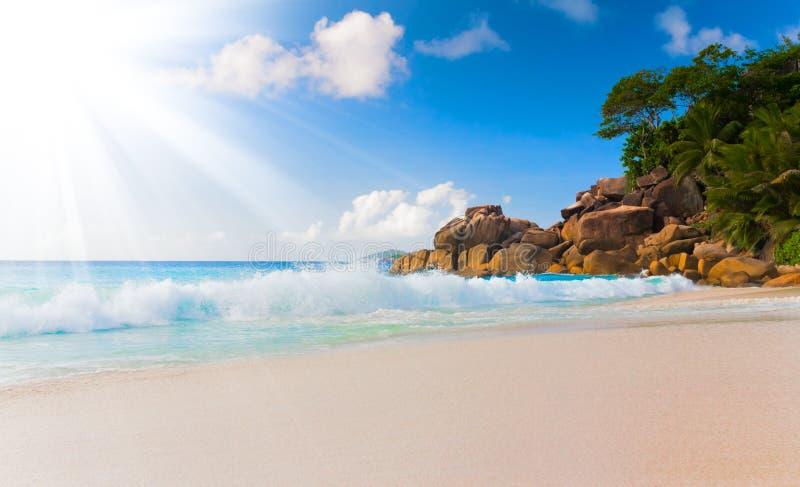 Vykort Seychellerna för design för synvinkel för landskap för avkoppling för dagsljus för sol för sand för blå himmel för havsstr arkivbilder