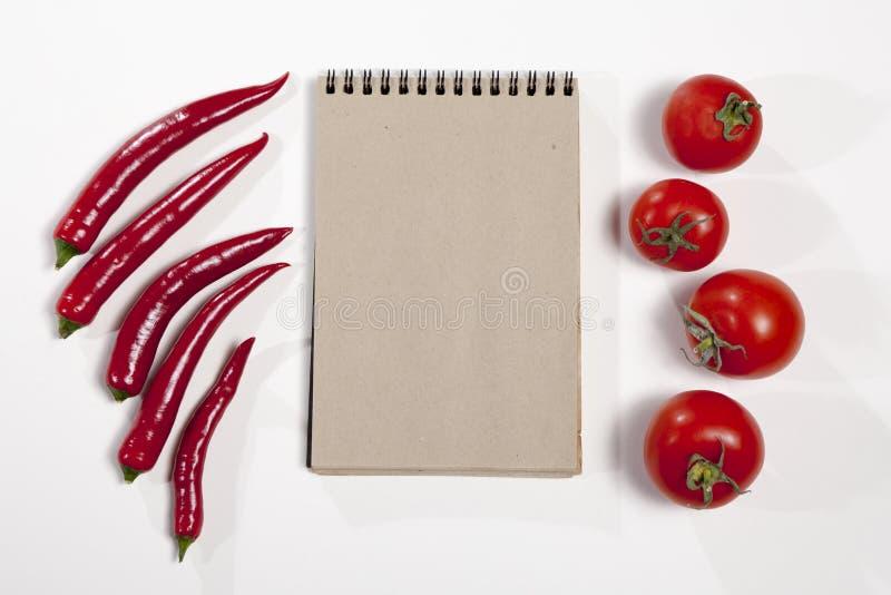 Vykorten för recept Sketchpad och glödhet peppar som en ram på en vit bakgrund royaltyfria bilder