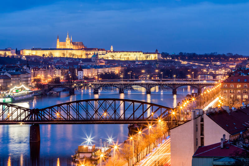 从Vysehrad的看法向城堡和河有bridg的伏尔塔瓦河 免版税库存照片