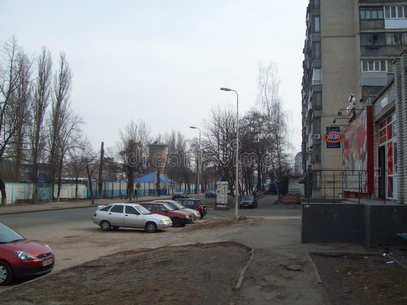 VYSHNEVE, UCR?NIA - 2 DE ABRIL DE 2011 Povos nas ruas na cidade imagens de stock