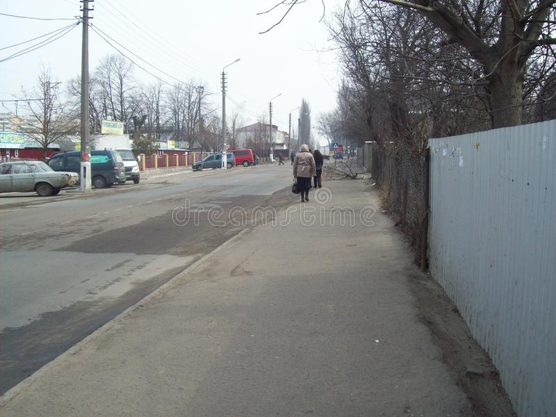 VYSHNEVE, UCRANIA - 2 DE ABRIL DE 2011 Gente en las calles en ciudad imagen de archivo