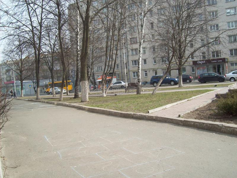 VYSHNEVE UKRAINA - APRIL 2, 2011 Folk p? gatorna i stad royaltyfri foto