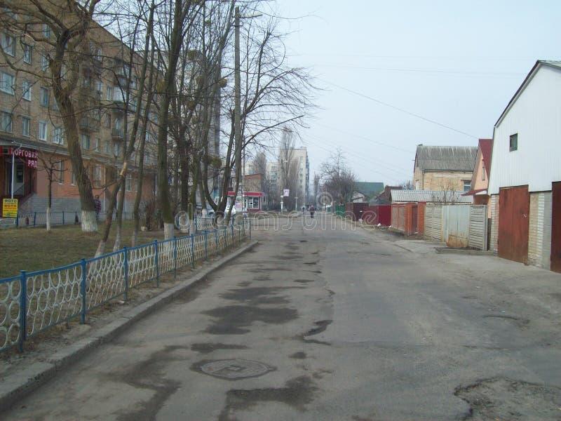 VYSHNEVE, UKRAINE - 2. APRIL 2011 Leute auf den Straßen in der Stadt lizenzfreie stockfotos