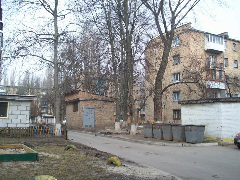 VYSHNEVE, UKRAINE - 2. APRIL 2011 Leute auf den Stra?en in der Stadt stockfotografie