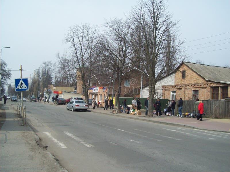 VYSHNEVE, UKRAINE - 2. APRIL 2011 Leute auf den Stra?en in der Stadt lizenzfreie stockfotos