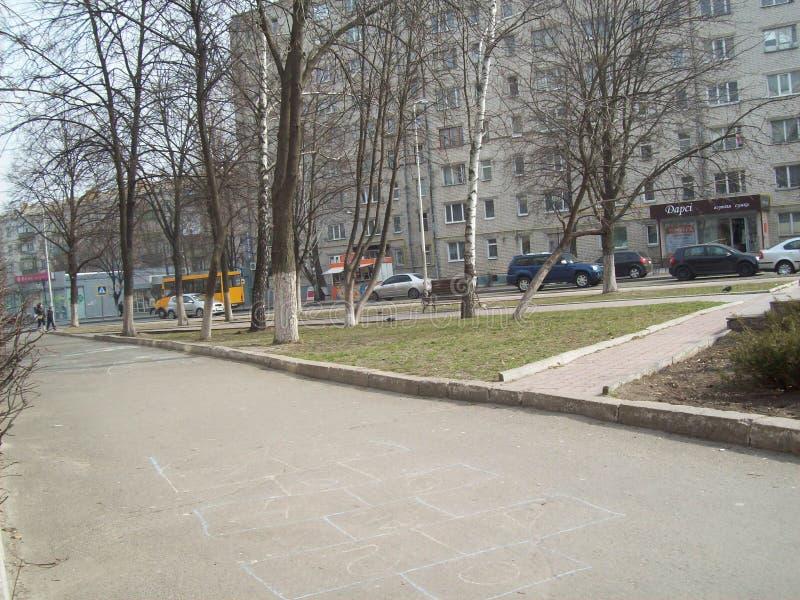 VYSHNEVE, UKRAINE - 2. APRIL 2011 Leute auf den Stra?en in der Stadt lizenzfreies stockfoto