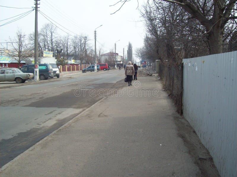 VYSHNEVE, UKRAINE - 2. APRIL 2011 Leute auf den Stra?en in der Stadt stockbild