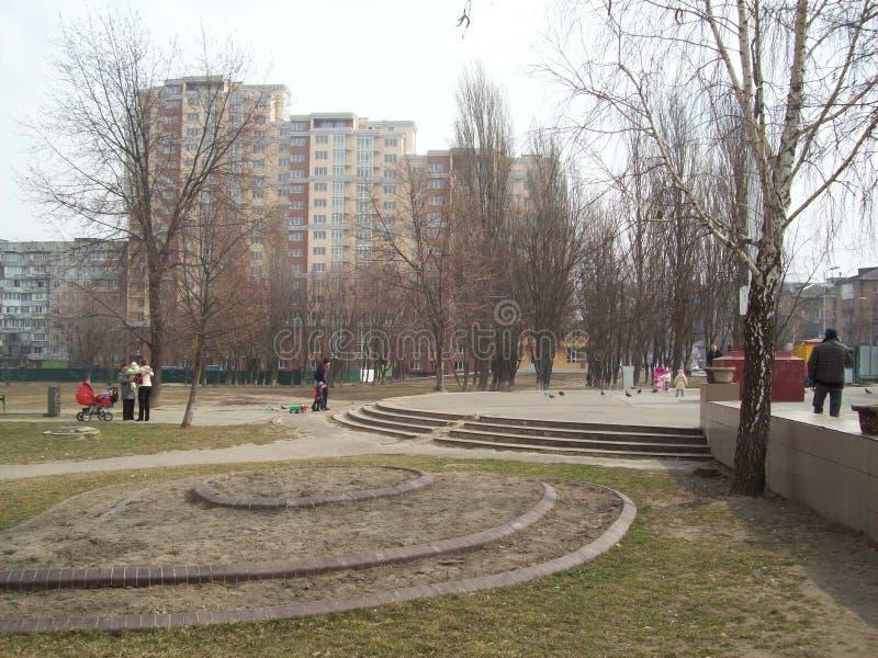 VYSHNEVE, UKRAINE - 2. APRIL 2011 Leute auf den Stra?en in der Stadt stockfoto
