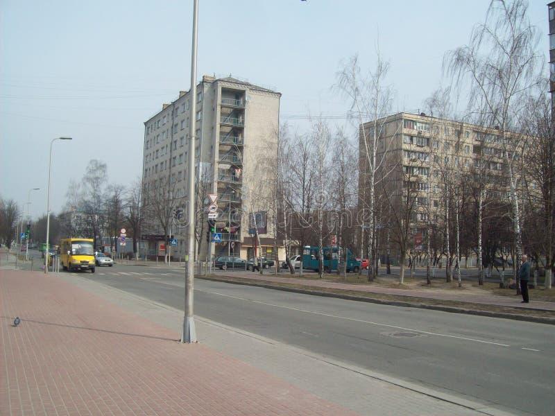 VYSHNEVE, UKRAINE - 2 AVRIL 2011 Les gens sur les rues dans la ville photographie stock libre de droits
