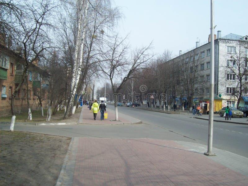 VYSHNEVE, UKRAINE - 2 AVRIL 2011 Les gens sur les rues dans la ville images stock