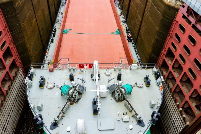 Vytegra, Россия - 16-ое августа 2015: Близкое поднимающее вверх изображение грузового корабля вошло белое Мор-прибалтийское ворот стоковые фотографии rf